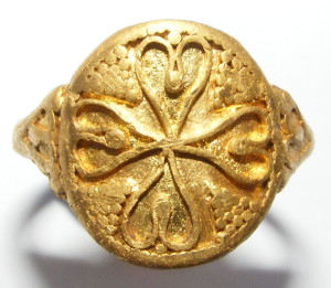 2012 T89 - Early Medieval gold ring. Copyright: Colchester and Ipswich Museum Service. License: CC-BY