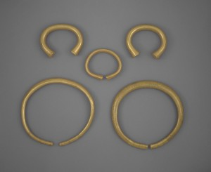 Five Bronze Age gold rings (PAS-833958).