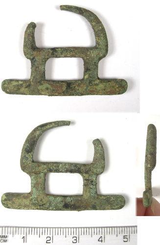 LANCUM-44B463: LANCUM-44B463: Medieval cast cu-alloy buckle or belt fitting