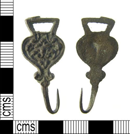 LON-CA64DA: Early post medieval cast copper alloy hooked clasp, Read 2008 class E, Type 3, No.355. AD.1500-1650.