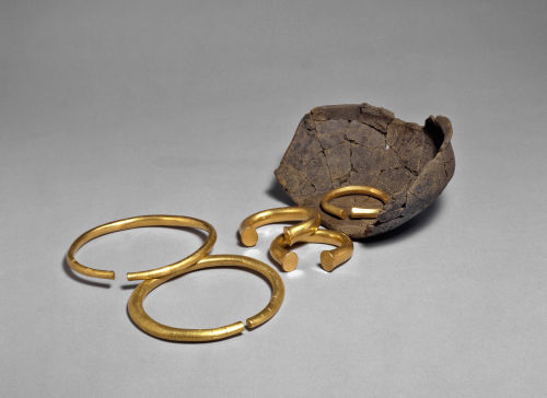 PAS-833958: Bronze Age bracelets and neckrings with pot from Milton Keynes