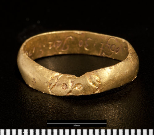 NMGW-02B0CE: Post Medieval golden memorial ring